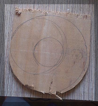 Изрязва се кръгче по мярка от шперплат.